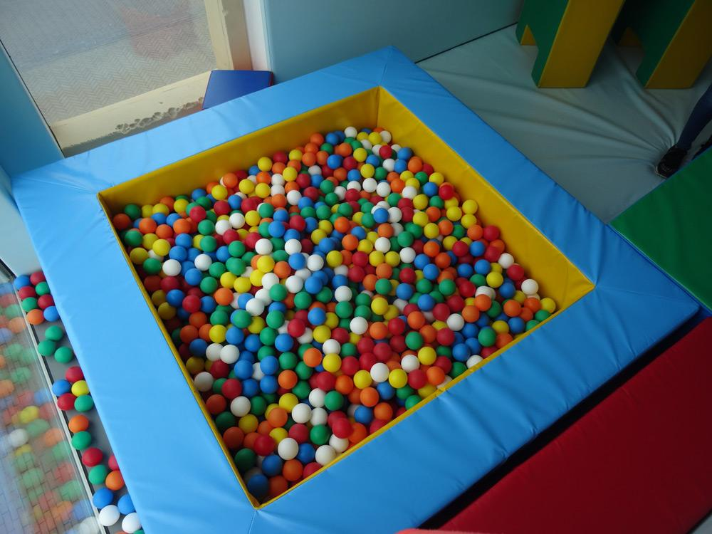 Softplay room with ball pool and tube ball frame